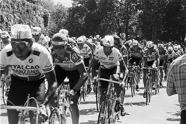 Frankrijk, Sarlat, dordogne, 15-7-1987De tourkaravaan passeert. Etappe van Brive naar Bordeaux. Op de 2e plaats in het peloton fietscoureur Teun van Vliet van de Panasonic Isostar wielerploeg geleid door ploegleider Peter Post.Foto: Flip Franssen/Hollandse Hoogte