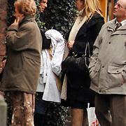 NLD/Laren/20061104 - Linda de Mol winkelend en in gesprek in Laren