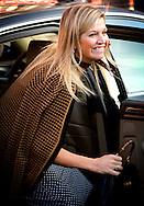 """3-12-2013 LEIDEN – Koningin Máxima woont op dinsdag 3 december 2013 in het Volkshuis in Leiden een symposium bij ter gelegenheid van het tienjarig bestaan van het Autismecafé Leiden. Tijdens de bijeenkomst neemt Koningin Máxima het eerste exemplaar van het boek """"Autismecafé: de kracht van ouders"""" in ontvangst. Het jubileumsymposium wordt georganiseerd door Stichting Ovaal, een organisatie die maatschappelijke initiatieven op het gebied van autisme stimuleert en ondersteunt. COPYRIGHT ROBIN UTRECHT"""