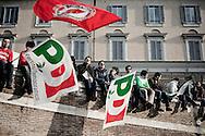 ROMA. MANIFESTANTI SVENTOLANO BANDIERE DEL PARTITO DEMOCRATICO DURANTE LA MANIFESTAZIONE CONTRO IL DECRETO SALVA LISTE DEL GOVERNO BERLUSCONI IN OCCASIONE DELLE ELEZIONI REGIONALI 2010
