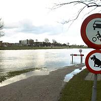 fotografie frank uijlenbroek©2002 michiel van de velde.020227 ommen ned.door het stijgende water ontstaan hoge water standen in de regio zoals hier ommen aan de vecht waar de doorgang naar het zwembad niet meer te berijden is