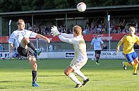FODBOLD: Michael Gorm Nielsen (Helsingør) lopper bolden over Michael Tørnes (Brøndby) og udligner til 1-1 under opvisningskampen mellem Elite 3000 Helsingør og Brøndby IF den 16. juni 2010 på Helsingør Stadion. Foto: Claus Birch