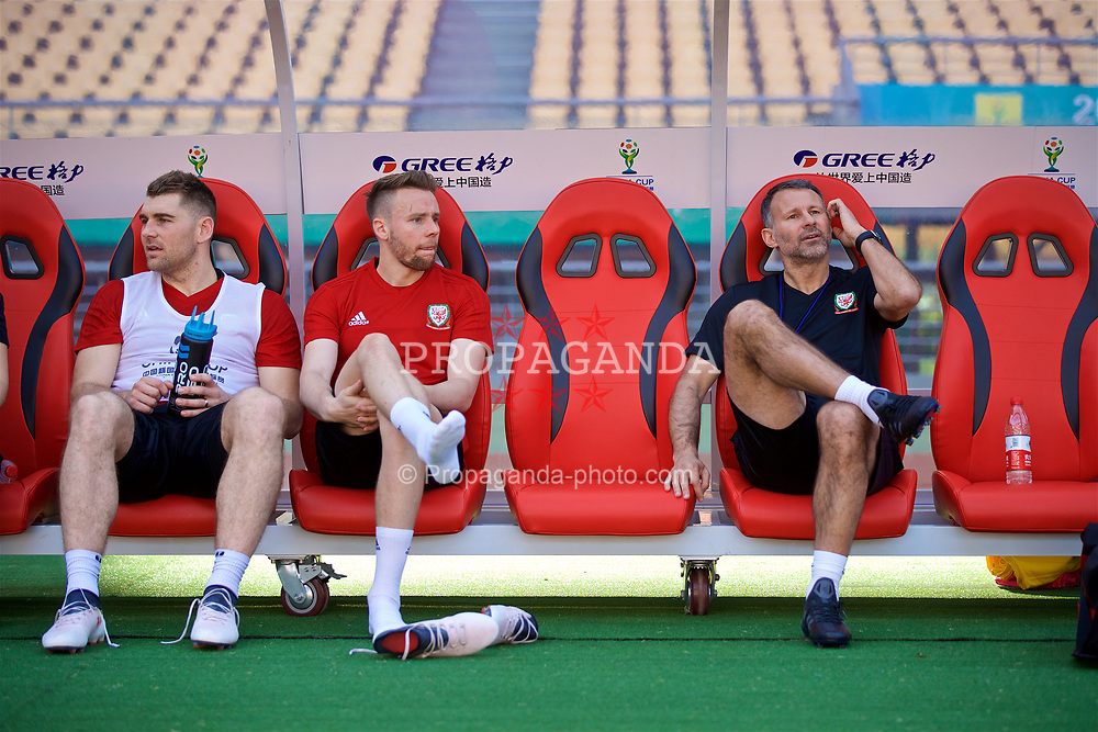 NANNING, CHINA - Tuesday, March 20, 2018: Wales' Sam Vokes, Chris Gunter and new manager Ryan Giggs during a training session at the Guangxi Sports Centre ahead of the opening 2018 Gree China Cup International Football Championship match against China. (Pic by David Rawcliffe/Propaganda)