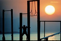 Rio de Janeiro, RJ, Brasil    1992.Nascer do sol em Copacabana. Pessoa se exercitando na praia./ Sunrise in Copacabana. Guy exercising on the beach..Foto Marcos Issa/Argosfoto