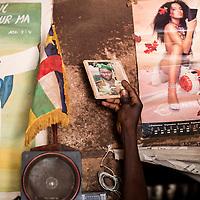02/10/2013. Bangui. Republique Centrafricaine. Opération de désarmement de la FOMAC dans les quartiers de Bangui. Les soldats se trouvent dans la maison d'un ex-seleka qui se dédie à braquer les civils, ils y trouveront sa photo, des armes et munitions enterrés chez lui.  @Sylvain Cherkaoui/Cosmos