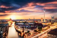 Die Berliner Skyline bei Nacht mit dem Fernsehturm, Rote Rathaus, Berliner Dom sowie Teilen des Spreeufers.