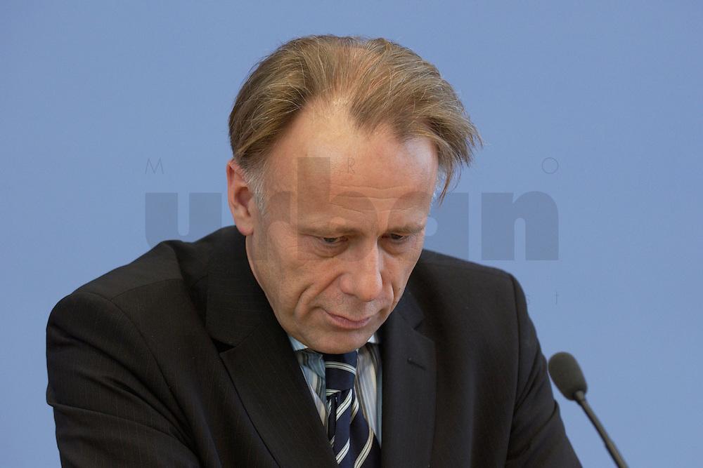 31 MAR 2004, BERLIN/GERMANY:<br /> Juergen Trittin, B90/Gruene, Bundesumweltminister, waehrend einer Pressekonferenz zum Kabinettsbeschuss zum Emissionshandel, Bundespressekonferenz<br /> IMAGE: 20040331-01-007<br /> KEYWORDS: J&uuml;rgen Trittin, BPK