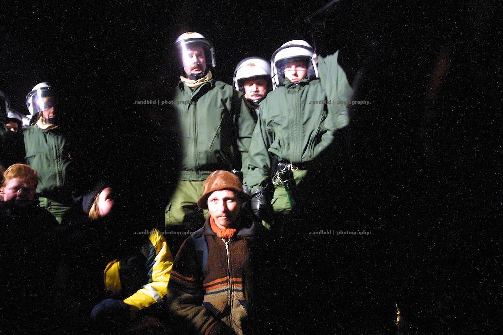 Polizisten haben nachts Atomkraftgegner eingekesselt, die die Transportstrecke für Castortransporte bei Dannenberg blockieren.