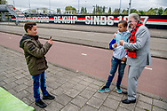 ROTTERDAM - Lee Towers poseert voor het stadion van Feyenoord. Mister Feyenoord heeft zijn agenda al vrijgemaakt voor de huldiging op de Coolsingel. ANP ROBIN UTRECHT