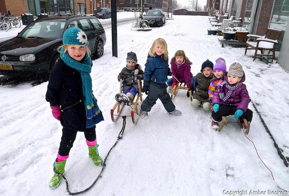 Nederland, Amsterdam, 15 januair 2013.Kinderen op IJburg spelen met hun slee in de sneeuw..Children on IJburg play with their sleigh in the snow.