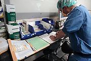 Nederland, Nijmegen, 26-2-2009      Een chirurg vult een formulier in voordat hij aan de operatie begint. Ernaast ligt het patientendossier.Foto: Flip Franssen