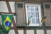 Feature Koenigstein          Ein mit Nationalflaggen geschmuecktes Fenster der Stadt Koenigstein im Taunus, Traningsstadt der brasilianischen Nationalmannschaft.