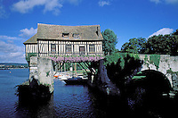 France - Normandie - Département de l'Eure - Vernon - Maison traditionnelle sur la Seine // Traditional house on Seine river - Vernon - Eure department - Normandie - France