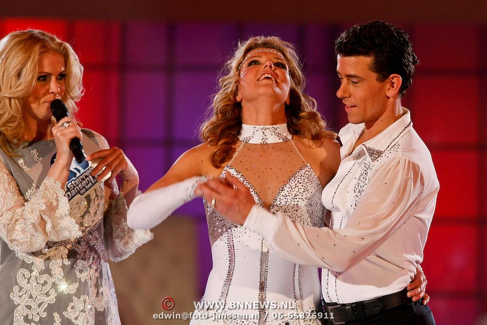 NLD/Ede/20110415 - Finale Sterren Dansen op het IJs 2011, Eerste tussenstand waar Jenny Smit en Ryan Schollert voor op gaan in de strijd