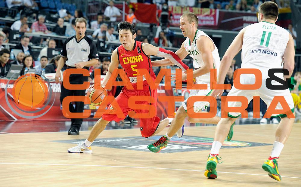 DESCRIZIONE : Istanbul Turchia Turkey Men World Championship 2010 Eight Finals Campionati Mondiali Ottavi di Finale Lithuania China<br /> GIOCATORE : Wei Liu<br /> SQUADRA : China Cina<br /> EVENTO : Istanbul Turchia Turkey Men World Championship 2010 Campionato Mondiale 2010<br /> GARA : Lithuania China Lituania Cina<br /> DATA : 07/09/2010<br /> CATEGORIA : palleggio<br /> SPORT : Pallacanestro <br /> AUTORE : Agenzia Ciamillo-Castoria/JF.Molliere<br /> Galleria : Turkey World Championship 2010<br /> Fotonotizia : Istanbul Turchia Turkey Men World Championship 2010 Eight Finals Campionati Mondiali Ottavi di Finale Lithuania China<br /> Predefinita :