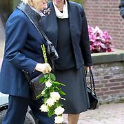 NLD/Amsterdam/20110729 - Uitvaart actrice Ina van Faassen, Ellen Vogel en partner Jimmy Muenninghoff met Petra Laseur