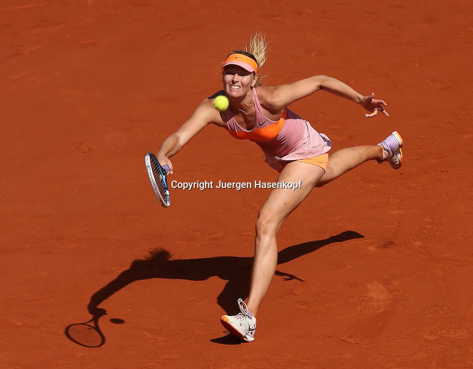 French Open 2014, Roland Garros,Paris,ITF Grand Slam Tennis Tournament, Damen Endspiel, Maria Sharapova  (RUS),<br /> Aktion,Einzelbild,Ganzkoerper,Hochformat, von oben,
