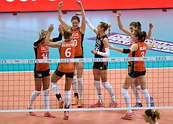 03-10-2015 NED: Volleyball European Championship Semi Final Nederland - Turkije, Rotterdam<br /> Nederland verslaat Turkije in de halve finale met ruime cijfers 3-0 / Laura Dijkema #14, Maret Balkestein-Grothues #6, Lonneke Sloetjes #10, Debby Pilon-Stam #16, /11/, Yvon Belien #3