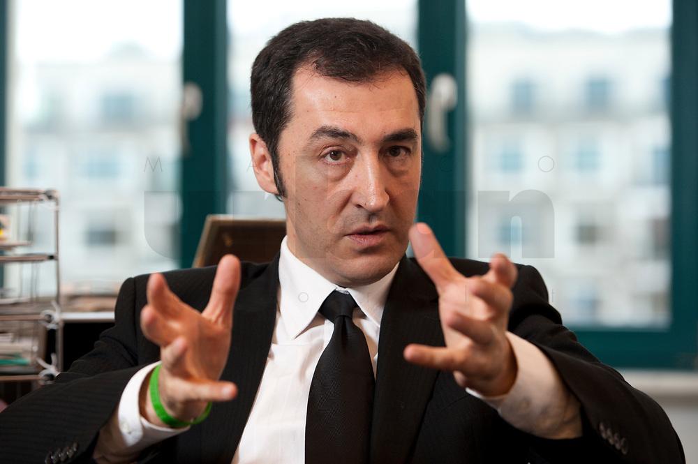 05 JAN 2012, BERLIN/GERMANY:<br /> Cem Oezdemir, B90/Gruene Bundesvorsitzender, waerhend einem Interview, in seinem Buero, Bundesgeschaeftsstelle Buendnis 90 / Die Gruenen<br /> IMAGE: 20120105-01-010<br /> KEYWORDS: Cem Özdemir, Büro