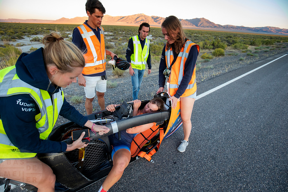 De avondruns van de vijfde racedag. Het Human Power Team Delft en Amsterdam, dat bestaat uit studenten van de TU Delft en de VU Amsterdam, is in Amerika om tijdens de World Human Powered Speed Challenge in Nevada een poging te doen het wereldrecord snelfietsen voor vrouwen te verbreken met de VeloX 9, een gestroomlijnde ligfiets. Op 10 september 2019 verbreekt het team met Rosa Bas het record met 122,12 km/u. De Canadees Todd Reichert is de snelste man met 144,17 km/h sinds 2016.<br /> <br /> With the VeloX 9, a special recumbent bike, the Human Power Team Delft and Amsterdam, consisting of students of the TU Delft and the VU Amsterdam, wants to set a new woman's world record cycling in September at the World Human Powered Speed Challenge in Nevada. On 10 September 2019 the team with Rosa Bas a new world record with 122,12 km/u.  The fastest man is Todd Reichert with 144,17 km/h.