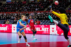 05-12-2019 JAP: Cuba - Slovenia, Kumamoto<br /> Fourth match groep A at 24th IHF Women's Handball World Championship. Slovenia win 39 - 26 of Cuba / Indiana Cedeno Ramos #12 of Cuba, Polona Baric #13 of Slovenia