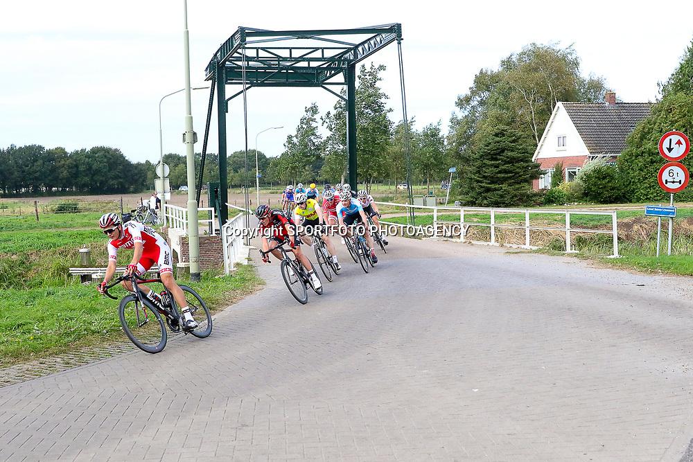 28-09-2016: Wielrennen: Olympia Tour: Assen <br />ASSEN (NED) wielrennen  <br />De kopgroep door het Drentse landschap passage kanaal Buinen-Schoonoord