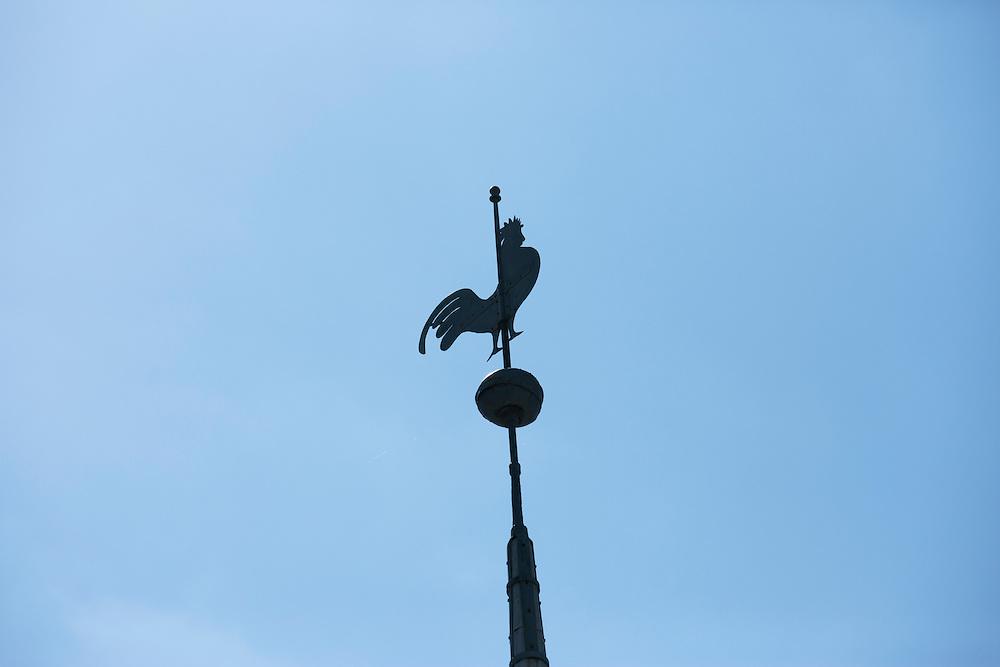Ormslev Kirke, kirkespir ved Aarhus i solskin. Folkekirken i blå himmel, kirkegård