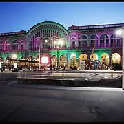 La stazione Porta Nuova è il principale scalo ferroviario della città di Torino. Nella fotografia la facciata esterna della stazione...The Porta Nuova railway station is the main railway yard in the city of Turin. In the photography: front of the station