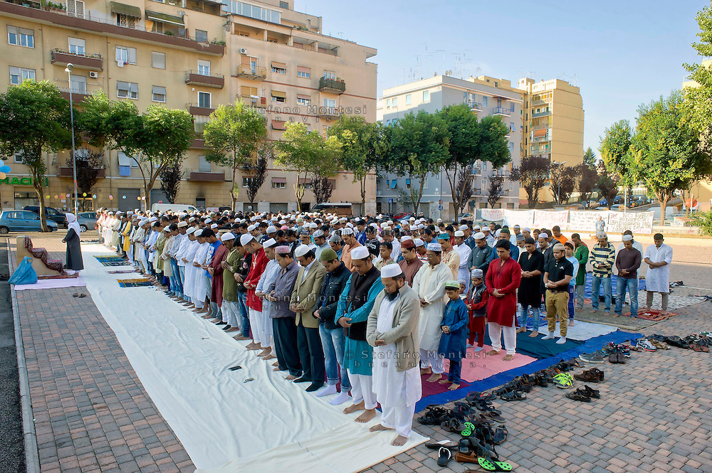 Roma 4 Ottobre 2014<br /> La comunit&agrave; islamica prega il primo giorno di Eid al-Adha, o Festa del Sacrificio, che segna la fine del pellegrinaggio Hajj alla Mecca, che ricorda la disponibilita del  Profeta Abramo di sacrificare suo figlio a Dio, al quartiere multietnico di Torpignattara.<br /> Rome 4 October 2014 .<br /> Muslims praying on the first day of Eid al-Adha, or the Festival of Sacrifice, which marks the end of the Hajj pilgrimage to Mecca and commemorates Prophet Abraham's readiness to sacrifice his son to show obedience to God, to the multi-ethnic neighborhood Torpignattara.