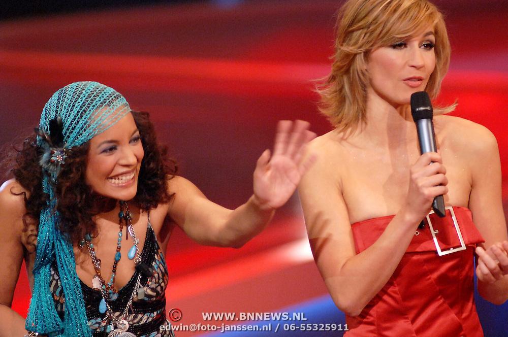 NLD/Hilversum/20061230 - 1e Live uitzending X-Factor 2006, deelneemster Melanie en presentatrice Wendy van Dijk