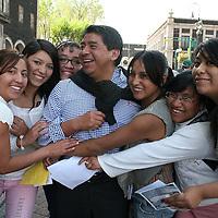 Toluca, México.- Jóvenes católicos salieron a la calle pidiéndole a la gente sonriera y les regalaban un abrazo, y dándoles un mensaje de paz. Agencia MVT / José Hernández