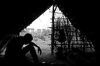 The rainy season had just started. The IDP's suffered several strong storms in the bush. Many of those without decent cover ended up sick after two nights out...Right in the heart of Africa, surrounded by Chad, Sudan and the Democratic Republic of Congo is the Central African Republic (CAR). In line with its neighbours this country is ravaged by internal conflicts. Several rebel groups are engaged in a permanent war with the government. Army and militias have burnt down thousands of villages. The population fled into the bush where an estimated 100,000 still live. ..The Central African Republic has many Internally Displaced People (IDP's). Nobody knows how many. It is almost impossible to register them. There is only one IDP camp in a country the size of Texas. Many crossed the border to Chad, but the majority lives spread out in the bush. Whole communities live in small huts trying to hide amongst the barren trees. Small patches of land are cultivated but don't produce enough to feed the population. The main crop is Cassava. The shortage of food and the unbalanced diet result in children with swollen belies, malnourished babies and a rate of death amongst children under the age of five which, at 167 out of 1000, is one of the highest in the world. ..---..Het regenseizoen komt er aan en de vluchtelingen moeten verschillende heftige stormen doorstaan. Onder de families die geen afdak hebben zijn velen na twee dagen en nachten al snipverkouden...Omringd door Chad, Darfur en de Democratische Republiek Congo ligt de Centraal Afrikaanse Republiek. In lijn met de buren wordt ook dit land verscheurd door interne conflicten. Verschillende rebellengroepen zijn in een permanente oorlog met de regering verwikkeld. Duizenden dorpen zijn door, vooral het leger, maar ook door andere milities afgebrand. De bevolking is gevlucht..Het enige verschil is dat de wereld hier niet in gei?nteresseerd lijkt. Het is een van de armste landen ter wereld, de economie ligt al decennia op zijn g