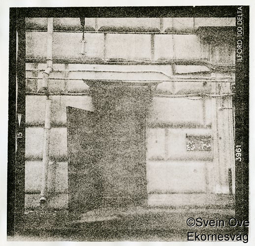 Russisk fotobutikk. Bak en port, i en bakgård, inn denne døren, ned en smal trapp og gjennom en lang kjellerkorridor fant jeg til slutt paradis. En fotobutikk med bredt utvalg av brukt fotoutstyr. Alt fra Sovietkameraer til Hasselblad og storformat. <br /> Foto: Svein Ove Ekornesvåg