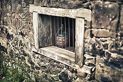 """Cantina e Casa Strapazzon foi construida totalmente em pedra irregular por volta de 1880, pelo imigrante Giovanni Strapazzon. Sem passar por nenhum processo de restauro, possui as características das casas de pedra da primeira geração de imigrantes. Com a construção da nova residência o prédio passou a assumir as funções de cantina que mantém até hoje. Sempre pertenceu à família Strapazzon e foi cenário, em 1995, de algumas cenas do filme """"O Quatrilho"""". Foto: Jefferson Bernardes/Preview.com"""