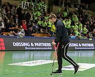 HÅNDBOLD: En skadet Dan Beck Hansen (Nordsjælland) på krykker under kampen i 888-Ligaen mellem Nordsjælland Håndbold og TTH Holstebro den 28. marts 2018 i Helsingør Hallen. Foto: Claus Birch.