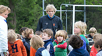 AMSTELVEEN - Oud bondscoach en international HANS JORRITSMA staat op zaterdagmorgen half negen  op het veld van Pinoke om , samen met nog wat vaders, de kleinste jeugd, waaronder zijn zoontje , training te geven. FOTO KOEN SUYK