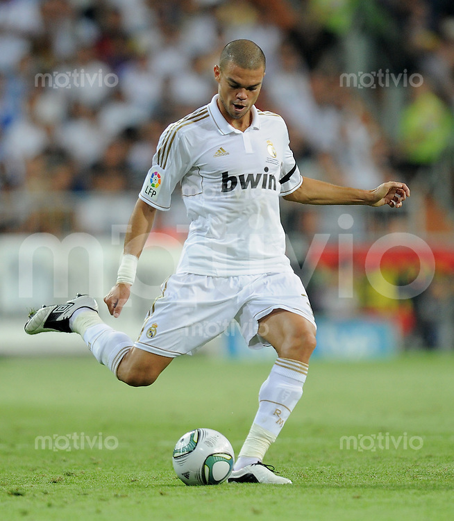 FUSSBALL  INTERNATIONAL  PRIMERA DIVISION  SAISON 2011/2012   14.08.2011 El Clasico  Super Cup 2011 Real Madrid - FC Barcelona Pepe (Real Madrid)  am Ball
