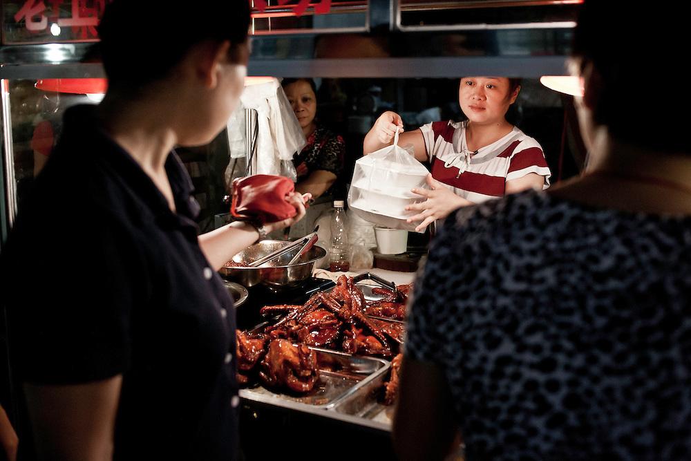 Beaucoup de ceux qui travaillent sur l'ile en journée vont ensuite ouvrir leur étal à la nuit tombée au marché de Xiamen qui s'anime le soir.