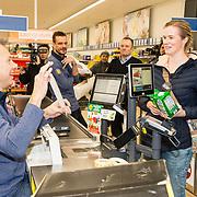 NLD/Hiuizen/20190108 - '1 Minuut gratis winkelen met Radio 538', Henk Blok laat de bon zien met het bedrag wat ze gewonnen heeft
