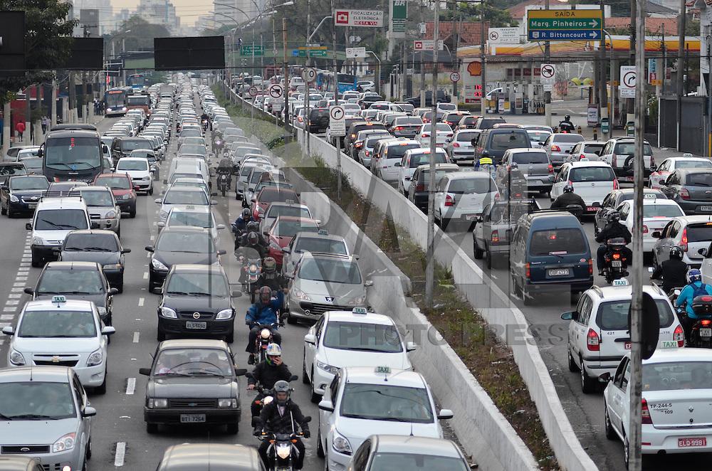 SAO PAULO, SP, 03 DE SETEMBRO DE 2013 – TRÂNSITO EM SÃO PAULO: Trânsito muito congestionado na Av. Moreira Guimarães, próximo ao aeroporto de Congonhas,  zona sul de São Paulo na manhã desta terça feira (03). FOTO: LEVI BIANCO - BRAZIL PHOTO PRESS