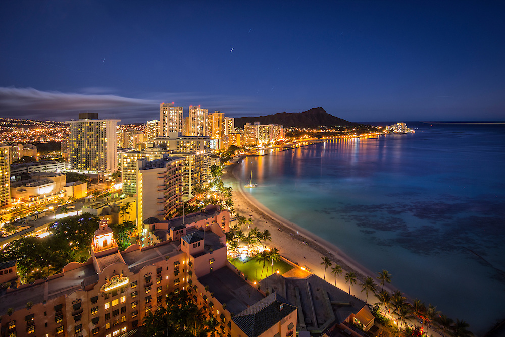 USA, Hawaii, Oahu, Honolulu, Waikiki, Waikiki beach at night