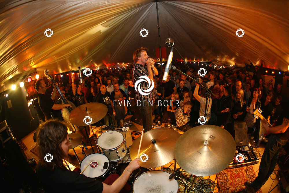 ROSSUM - In de Morrison's Irish Pub gaven de Kingsnakes nog even vol gas op het Kingsnakes Festival. FOTO LEVIN DEN BOER - PERSFOTO.NU