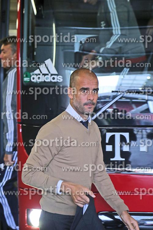 26.09.2015, Coface Arena, Mainz, GER, 1. FBL, 1. FSV Mainz 05 vs FC Bayern Muenchen, 7. Runde, im Bild v.l.: Bayern-Trainer Pep Guardiola (FCB) // during the German Bundesliga 7th round match between 1. FSV Mainz 05 and FC Bayern Munich at the Coface Arena in Mainz, Germany on 2015/09/26. EXPA Pictures &copy; 2015, PhotoCredit: EXPA/ Eibner-Pressefoto/ Neurohr<br /> <br /> *****ATTENTION - OUT of GER*****