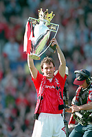 Fotball<br /> England <br /> Foto: Colorsport/Digitalsport<br /> NORWAY ONLY<br /> <br /> BRYAN ROBSON IS PRESENTED WITH THE PREMIER LEAGUE TROPHY.  MANCHESTER UNITED V COVENTRY CITY,08/05/1994