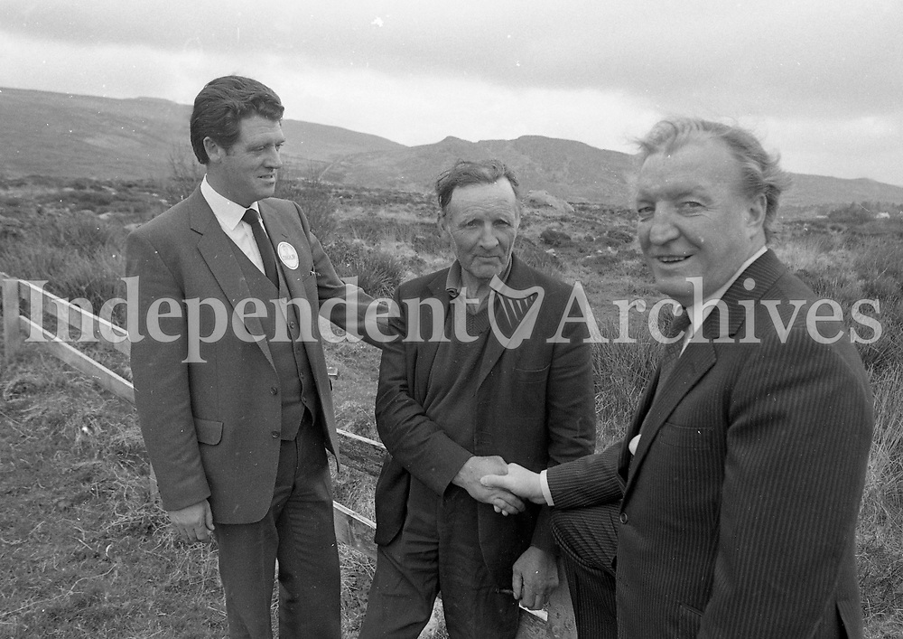 Fianna Fail leader Charlie Haughey and party candidate Cathal Coughlan in Donegal, 08/05/1983(Part of the Independent Newspapers Ireland/NLI Collection).
