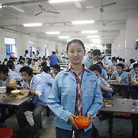 SHENZHEN, DEZ.12.2006: die 19 jaehrige Li Yanfang aus Henan in der Kantine der Spielzeugfabrik, in der sie arbeitet.