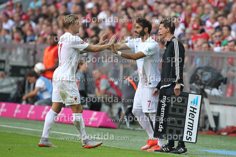 12.09.2015, Allianz Arena, Muenchen, GER, 1. FBL, FC Bayern Muenchen vs FC Augsburg, 4. Runde, im Bild l-r: Auswechslung, Alexander Esswein #11 (FC Augsburg) geht, Chef-Trainer Markus Weinzierl (FC Augsburg) kommt // during the German Bundesliga 4th round match between FC Bayern Munich and FC Augsburg at the Allianz Arena in Muenchen, Germany on 2015/09/12. EXPA Pictures &copy; 2015, PhotoCredit: EXPA/ Eibner-Pressefoto/ Kolbert<br /> <br /> *****ATTENTION - OUT of GER*****
