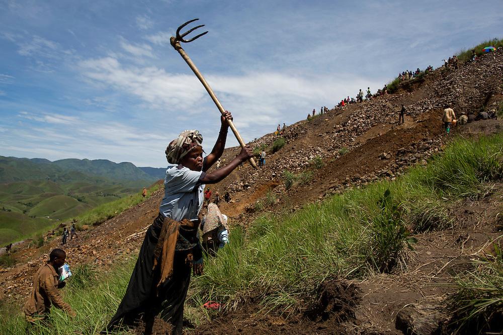 Luntukulu, Congo<br /> <br /> En kvinna rensar undan jorden och f&ouml;rbereder f&ouml;r &auml;nnu ett gruvh&aring;l.<br /> <br /> Photo: Niclas Hammarstr&ouml;m
