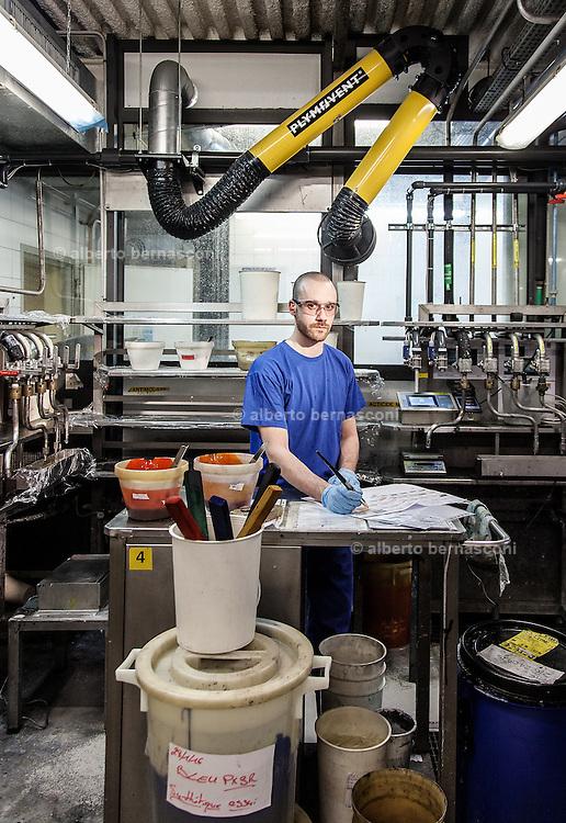 Lyon, Atelier Hermès, silk atelier at Pierre-Benite, addetti alla composizione dei colori che verranno utilizzati per la stampa. David composing the colors that will be used for the carré print