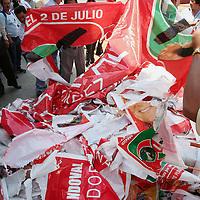 Oaxaca, Oax.- Maestros que mantienen por tercer dia un planton en el zocalo de la ciudad de Oaxaca en demanda de aumentos de sueldo y equipamiento escolar en los planteles, arrancan la propaganda electoral que los partidos politicos han colocado en los postes de la zona centro. Agencia MVT / Eder Lopez. (DIGITAL)<br /> <br /> NO ARCHIVAR - NO ARCHIVE